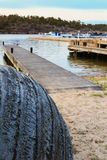 Geteertes Boot im Küstenfischerdorf des schwedischen Archipels Stockbild