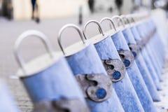 Geteiltes leeres der Fahrradmietstation wegen der Wintersaison in Warschau stockfotografie