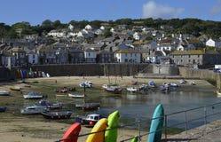 Getijde die Mousehole-in Haven, Cornwall komen Royalty-vrije Stock Afbeelding
