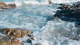Getijde van golven op het strand stock footage
