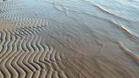 Getijden de overzeese golven komen langzaam op strand stock video