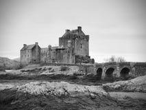 Getijden in het meer in Eilean Donan Castle, Schotland Brug over droge algen royalty-vrije stock afbeeldingen