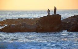 Getijdenpool die tijdens zonsondergang bij het Strand van de Houtinham in Laguna Beach onderzoekt, Californië stock fotografie