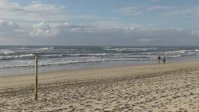 Getijdenteller bij het strand van Elston ` s, het Paradijs ` van de aka` Surfer ` s stock footage