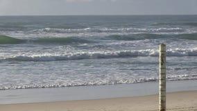 Getijdenteller bij het strand van Elston ` s, het Paradijs van de aka` Surfer ` s, Australische Gouden Kust stock videobeelden