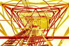Getont, um goldenen Stahlbau von unterhalb gelb zu färben da viele Dreieckansicht Stockfotografie