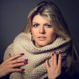 Getontes Bild der jungen Frau mit Schal im Studio Lizenzfreies Stockfoto