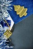 Getontes Foto des Weihnachtsdekors und des schwarzen Papiers für Grußmitteilung Lizenzfreie Stockbilder