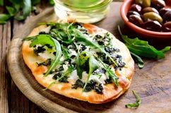 Getost och grön pizza för mozarella arkivfoton