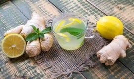 Getränk über Ingwer und Zitronensaft Stockfoto