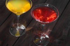Getränk auf hölzernem Hintergrund lizenzfreie stockfotos