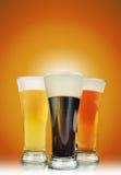 Getränk-Bier-Gläser mit Schaumgummi lizenzfreies stockbild