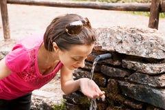 Getränk am Brunnen Stockfotos