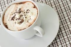 Getränk der heißen Schokolade überstiegen mit gepeitschter Sahne Stockfotografie