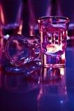Getränk in der purpurroten Leuchte Stockbilder
