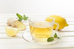 Getränk der Zitrone und des Ingwers auf weißem Holztisch Lizenzfreies Stockfoto