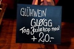 GETRÄNK DRINJS CHRISTMS UND NEHMEN-SCHALEN-HAUS lizenzfreies stockfoto