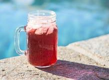 Getränk durch das Pool Stockfoto