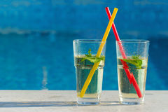 Getränk durch das Pool Lizenzfreie Stockbilder
