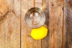 Getränk in einem Glas und in einer Zitrone Stockfotos