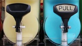 Getränk gefror die hellen Farben, die in ein transparentes Schiff sich drehen stock video