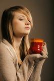 getränk Mädchen, das Schalenbecher heißen Getränktee oder -kaffee hält Stockbild