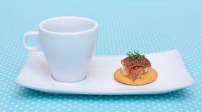 Getränk mit Lachsfrischkäsekeks Stockfotos
