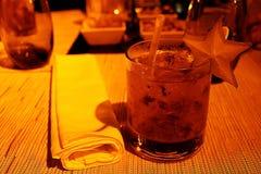 Getränk mit Wodka und Erdbeeren lizenzfreies stockfoto