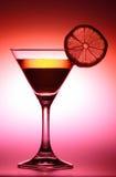 Getränk mit Zitrone im roten Ton Stockfotografie