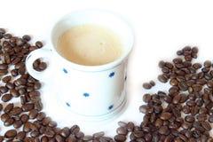 Getränk u. Nahrung - Kaffeetasse mit Bohnen Stockbild