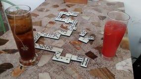 Getränk und Spiel lizenzfreie stockfotografie