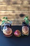 Getränk von der Brombeerapfelminzenzitrone Stockfoto