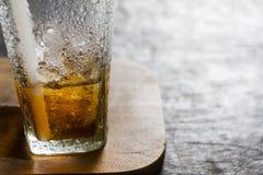 Getränk von Wassertröpfchen auf hölzerner Anlage Stockfotografie