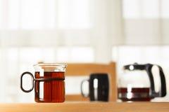 Getränk, Wasserglas und kleiner Topf Stockfotografie
