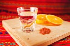 Getränk-Wurmsalz Mezcal mexikanisches mit orange Scheiben in Mexiko lizenzfreies stockbild