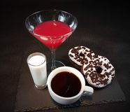 Getränkalkoholkaffeeschaumgummiringe Oreo-Donuts Lizenzfreies Stockbild