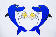 Getränkbier mit zwei Haifischen. Lizenzfreies Stockfoto
