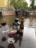 Getränke auf dem Kanal Stockbild