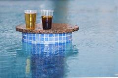 Getränke an der Poolbar Stockfotografie