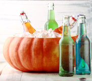 Getränke, die im Kürbis-Eis-Eimer kühlen Stockbilder