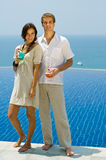 Getränke durch Pool Lizenzfreie Stockfotografie