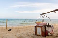 Getränke für Verkauf auf dem Strand Stockbilder