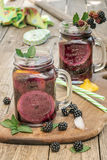Getränke gemacht mit frischen Brombeeren Lizenzfreie Stockfotos