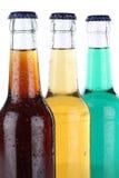 Getränke mit Kolabaum und Limonade in den Flaschen lizenzfreies stockfoto