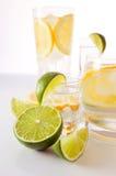 Getränke mit Zitrone und Kalk. Lizenzfreie Stockbilder