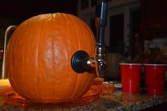 Getränkhahngriff auf einem Halloween-Kürbis lizenzfreie stockbilder