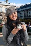 Getränkkaffee der jungen Frau in Frankreich Lizenzfreies Stockfoto