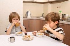 Getränksaft mit zwei Jungen Stockfotografie