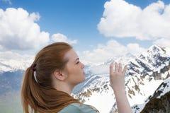 Getränkwasser der jungen Frau von der Plastikflasche in den Bergen Stockbilder