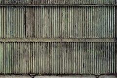 Getrübt, Metalltor schiebend stockfoto